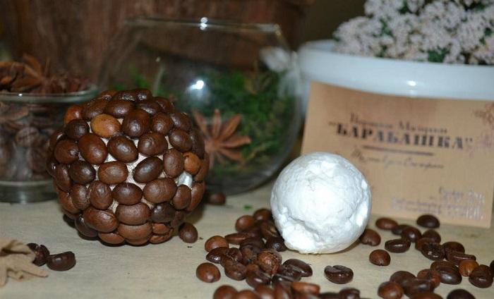 Пенопластовый шар нужно оклеить кофейными зернами