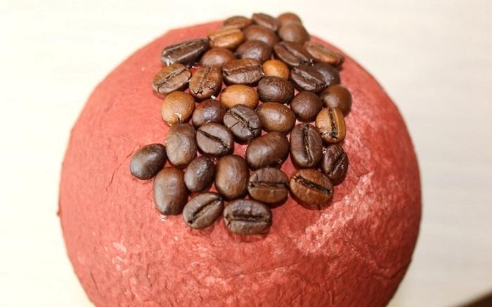 Приклеивание кофейных зерен