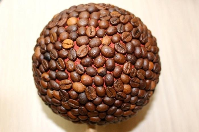 Шар оклеен кофейными зернами