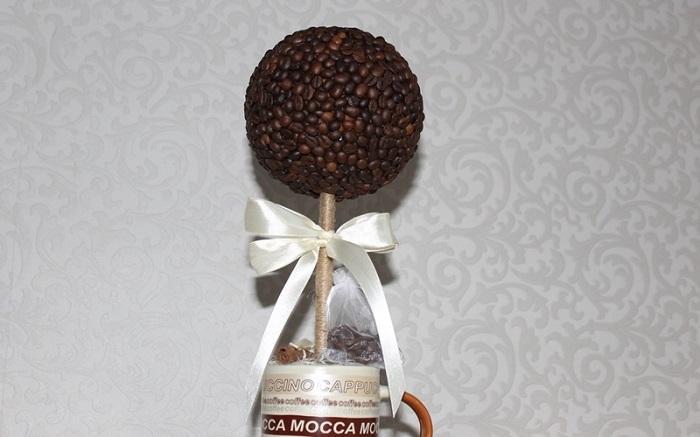Топиарий из кофейных зерен в старой кружке