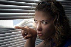 Недоверие к людям: причины, последствия, способы избавления